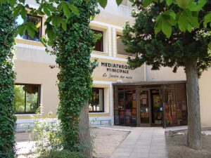 Façade et entrée de la médiathèque de Rognac