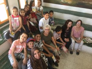 Enfants tunisiens et adultes souriants
