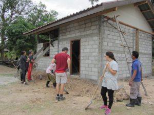 Bénévoles et villageois en action sur le chantier de la bibliothèque de Ban Houei