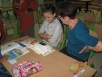 Jeune lectrice - Bibliothèque Sbeitla