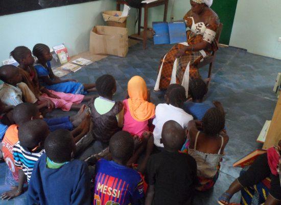 lecture à un groupe d'enfants