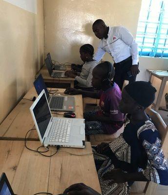 Sénégal - CASE Bandjikaky_découverte_des_ordinateurs par les élèves