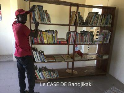 Etagère de livres du CASE de Bandjikaky