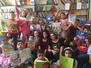 Enfants libanais brandissant des livres