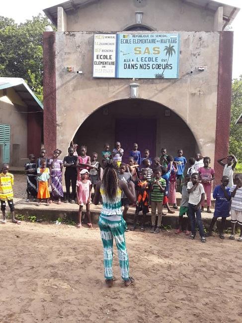 Sénégal 2020-07 - Chant Niafrang devant l'école