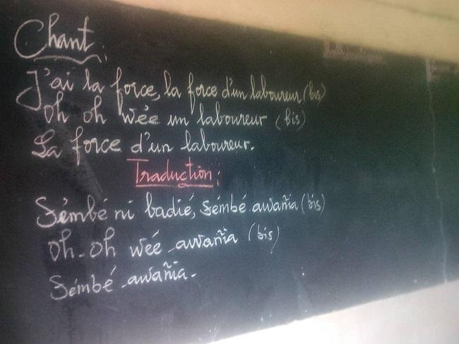Sénégal 2020-07 - Chant en Diolla au tableau