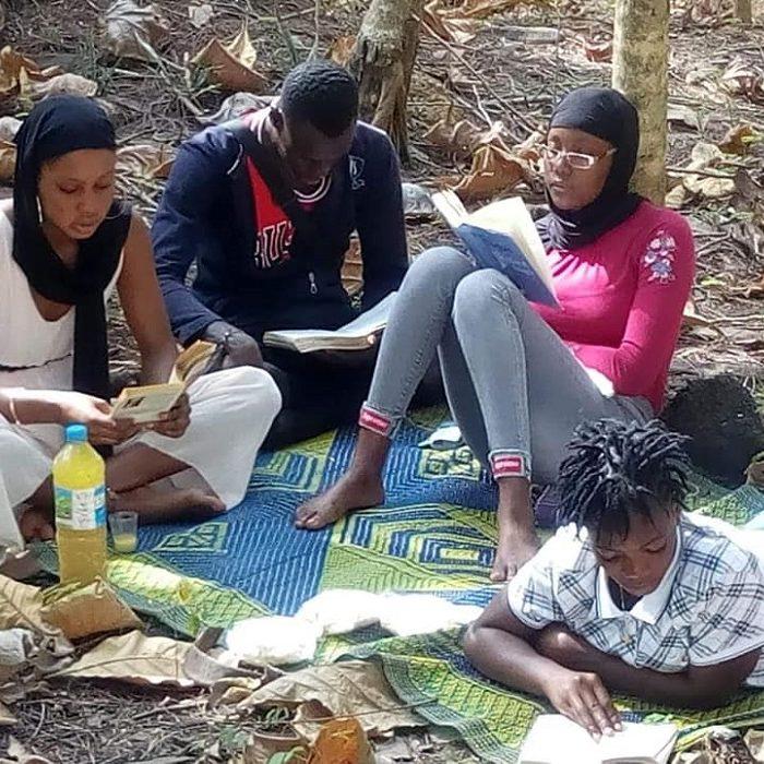 Guinée. Adolescents qui lisent